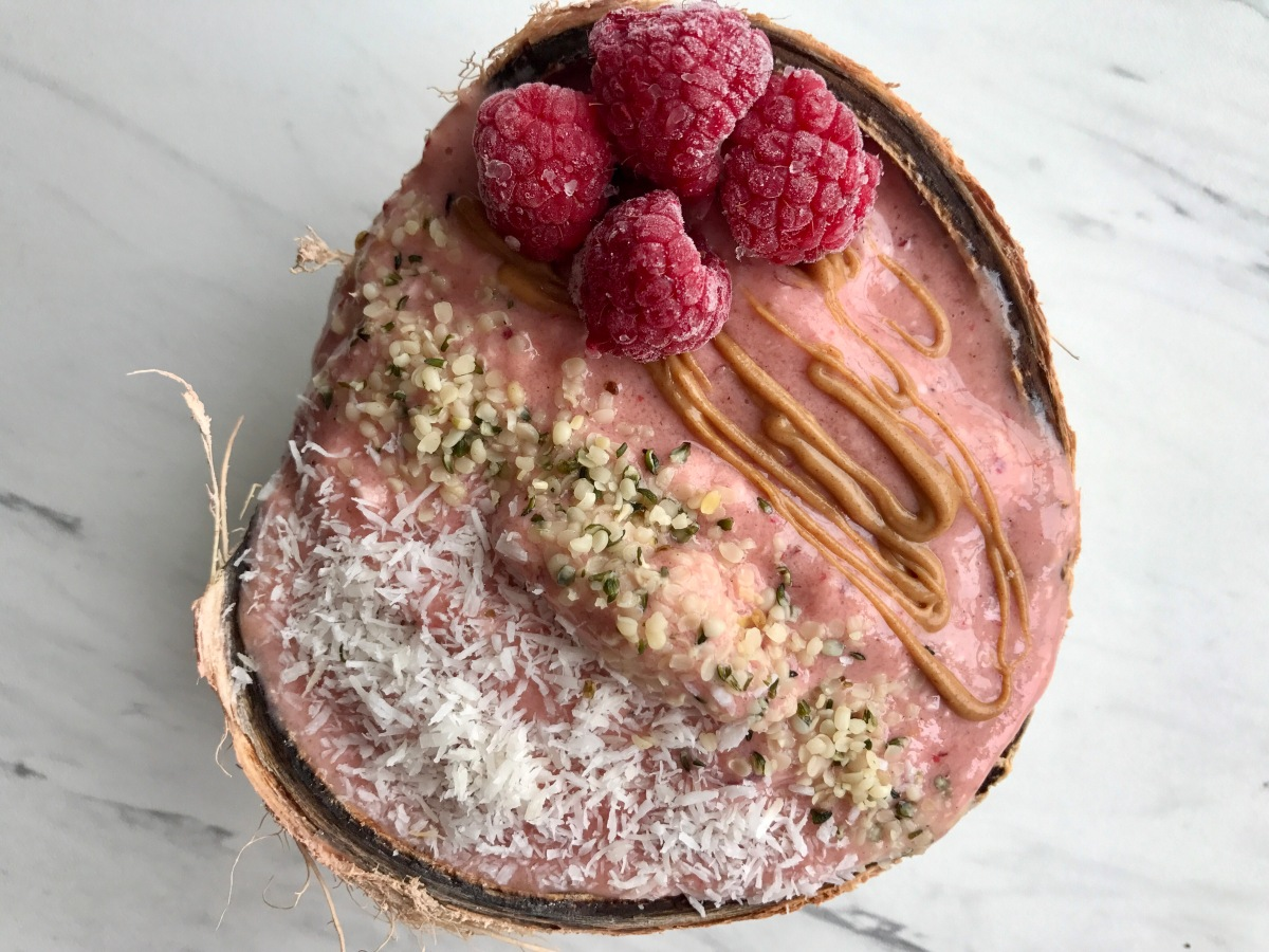 Coconut raspberry smoothie bowl